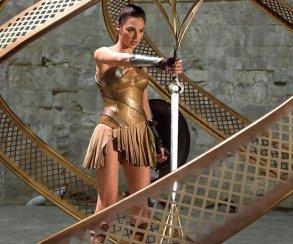 Галь Гадот крадет меч амазонок на новом фото «Чудо-женщины»