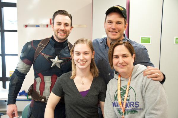 Крис Эванс и Крис Прэтт навестили больных детей в госпитале Сиэтла . - Изображение 4