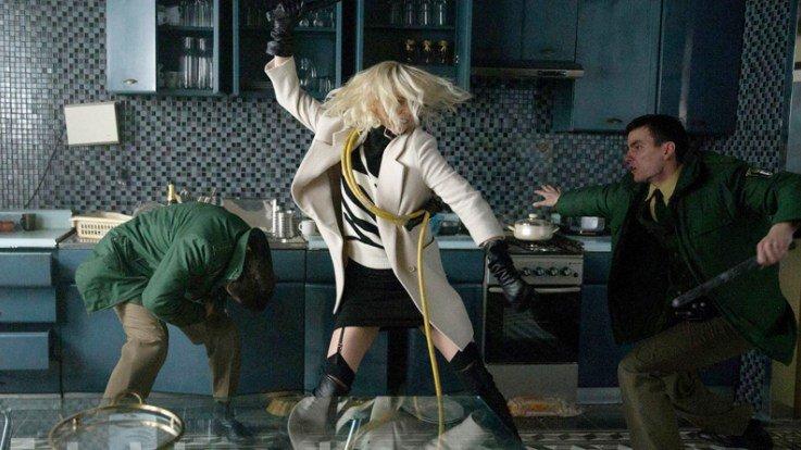 Критики о «Взрывной блондинке»: идиотский сценарий, отличные драки | Канобу - Изображение 3