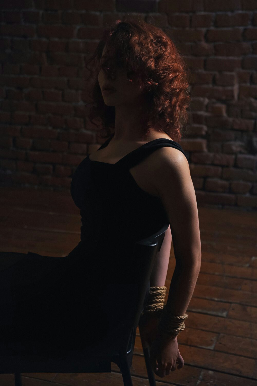 tel-video-seksualnaya-vdova-v-chernih-chulkah-razdevalkah-porno