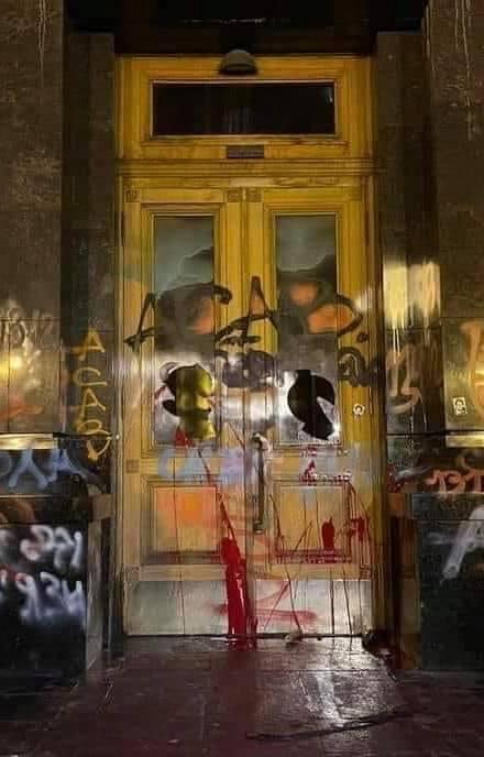 Разрисованные в ходе протеста двери Офиса президента Украины хотят продать на аукционе