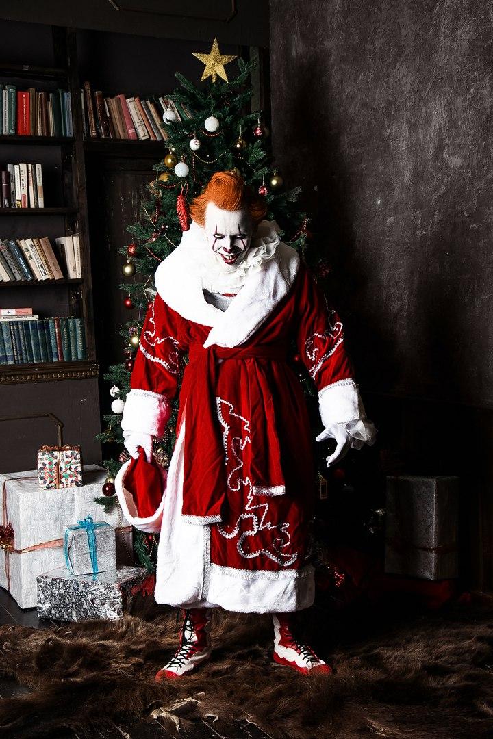 Самый жуткий новогодний косплей дня: клоун Пеннивайз изфильма «Оно» меняет имидж. - Изображение 5